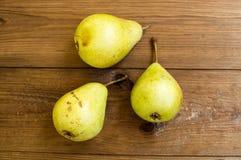 Einige gelbe Birnen sind auf dem Holztisch stockfotografie