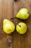 Einige gelbe Birnen sind auf dem Holztisch stockfoto