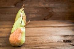Einige gelbe Birnen sind auf dem Holztisch lizenzfreies stockbild