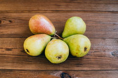 Einige gelbe Birnen sind auf dem Holztisch stockfotos