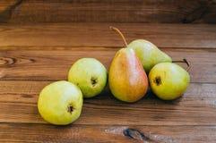 Einige gelbe Birnen sind auf dem Holztisch lizenzfreie stockfotos