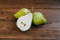 Einige gelbe Birnen sind auf dem Holztisch lizenzfreie stockfotografie