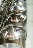 Einige glatte zylinderförmige Stahlbehälter Stockfoto