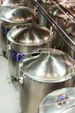 Einige glatte zylinderförmige Stahlbehälter mit halbkreisförmigen Abdeckungen Stockfotos