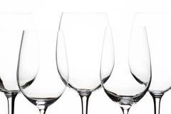 Einige gleiche leere Weingläser auf dem weißen Hintergrund Stockbild
