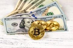 Einige Goldmünzen bitcoin Lüge auf Banknoten von US-Dollars Das Konzept des Wertes der Schlüsselwährung Die Wahl Stockbilder