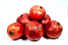 einige Granatäpfel liegen auf einem weißen Hintergrund lizenzfreie stockfotografie
