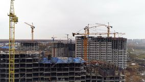 Einige graue konkrete Gebäude mit unfertigen höheren Böden stock video