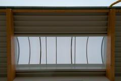 Einige gro?e h?lzerne Binder st?tzen das Dach eines gro?en Fabrikgeb?udes lizenzfreie stockbilder