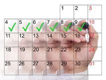 Einige Hände mit der unterschiedlichen Opazität, welche die Tage einer Woche markiert stockfotos