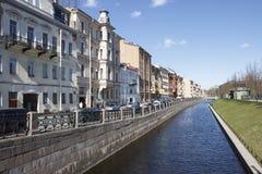Einige Häuser auf der Kanalbank Lizenzfreie Stockbilder