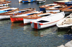 Einige hölzerne Boote im Meer Italien, Neapel Stockbilder