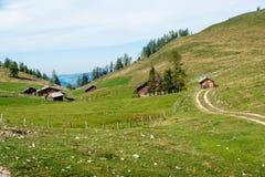 Einige hölzerne Hütten in den Alpen Stockfoto
