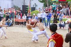 Einige junge Männer spielen mit hölzernem Ball im neuen Mondjahr des Festivals in Hanoi, Vietnam am 27. Januar 2016 Lizenzfreie Stockfotografie