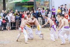 Einige junge Männer spielen mit hölzernem Ball im neuen Mondjahr des Festivals in Hanoi, Vietnam am 27. Januar 2016 Stockbild