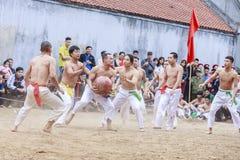 Einige junge Männer spielen mit hölzernem Ball im neuen Mondjahr des Festivals in Hanoi, Vietnam am 27. Januar 2016 Lizenzfreies Stockfoto