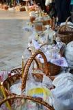 Einige Körbe mit Kerzen und Kuchen bei Ostern Lizenzfreies Stockfoto
