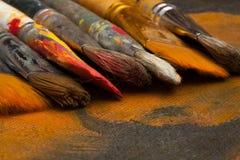 Einige künstlerische Bürsten vor dem hintergrund des Segeltuches lizenzfreies stockfoto