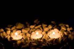 Einige Kerzen mit Steinen Lizenzfreie Stockfotos