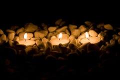 Einige Kerzen mit Steinen Lizenzfreies Stockbild