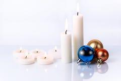 Einige Kerzen und Weihnachtsspielwaren von verschiedenen Größen Stockbild
