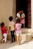 Einige Kinderspiel heraus die Häuser des Berberdorfs von Rissani in Marokko stockbilder