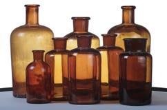 Einige kleine Flaschen eines alten Drugstores Stockbilder