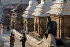 Einige kleine Tempel, die Shiva Lingam an Pashupatinath-Tempel sch?tzen lizenzfreie stockfotografie