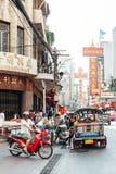 Einige Leute auf der Straße von Bangkok Chinatown Stockfoto