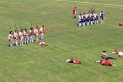 Einige Männer kleideten in Soldat ` s Uniformen, unter Verwendung der Gewehre während der Kriegswiederinkraftsetzungen, Fort Onta Lizenzfreies Stockfoto