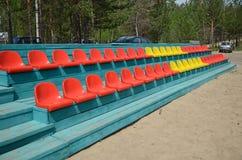 Einige mehrfarbige Sitze für Zuschauer Stockbild