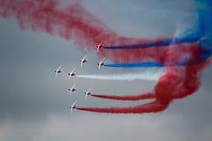 Einige Militärflugzeuge führen symmetrisch Kunstfliegen durch stockbilder