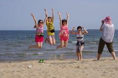 Einige nehmende Fotografiemädchen auf dem Strand Stockfotos