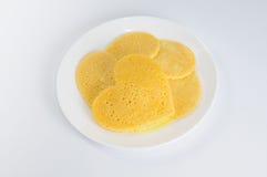 Einige Pfannkuchen in Form eines Herzens auf Platte Stockfotos