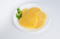 Einige Pfannkuchen in Form eines Herzens auf Platte mit Zweig von Lizenzfreies Stockfoto