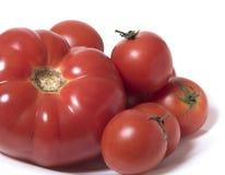 Einige reife Tomaten auf einer weißen Platte Nahaufnahme Stockbild