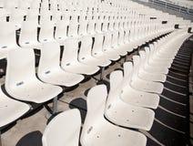 Einige Reihen der leeren Sitze in einem statium Lizenzfreies Stockfoto