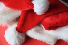 Einige Santa Claus-Hüte lizenzfreies stockbild