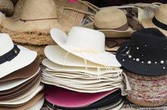 Einige schöne Hüte im Verkauf stockfotografie