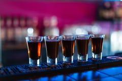 Einige Schüsse von verschiedenen Getränken an einer Partei in einem Nachtklub stockfoto