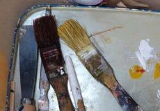 Einige schmutzige Bürsten auf dem Stahlbehälter lizenzfreie stockfotografie