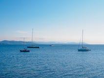 Einige Segelboote nahe der Küste von Saint-Tropez lizenzfreies stockbild