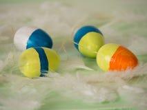 Einige selbst gemachte farbige Ostereier Lizenzfreie Stockfotos