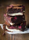 Einige Stücke des Himbeerschokoladenkuchens lizenzfreies stockbild