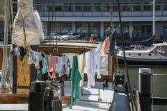 Einige Stücke Kleidung trocknen auf dem Boot Stockbild