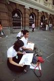 Einige Studenten, die im königlichen Schutz am großartigen Palast malen Stockbild