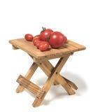 Einige Tomaten von verschiedenen Größen auf einer kleinen Tabelle Lizenzfreies Stockfoto