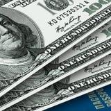 Einige USA-Dollar und -paß Stockfotos