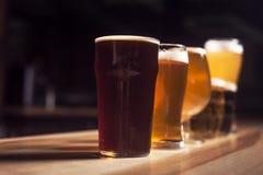 Einige verschiedene Biere stehen in Folge Stockfotos