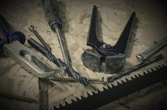 Einige Werkstattwerkzeuge auf hölzernem Arbeitsschreibtisch Stockfotografie